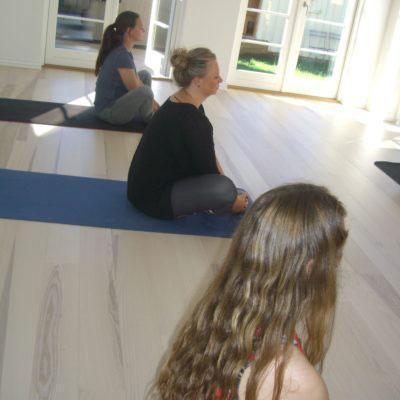 Privat workshop med yoga til polterabend hos Indre ro