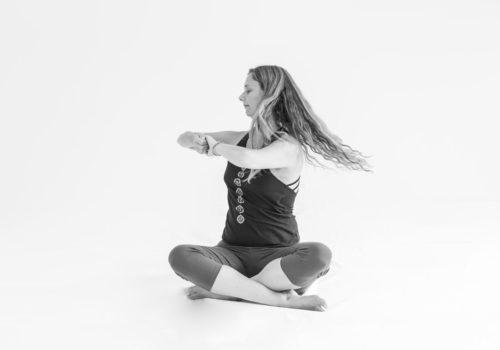 Flyvende hår. Hormon yoga hos Indre ro. Øvelsen stimmulerer nyrer og rygsøjle.