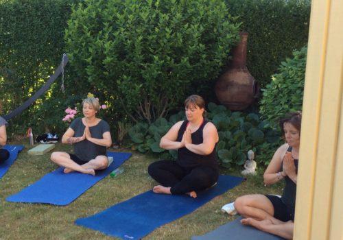 yoga i lotushaven hos Indre ro
